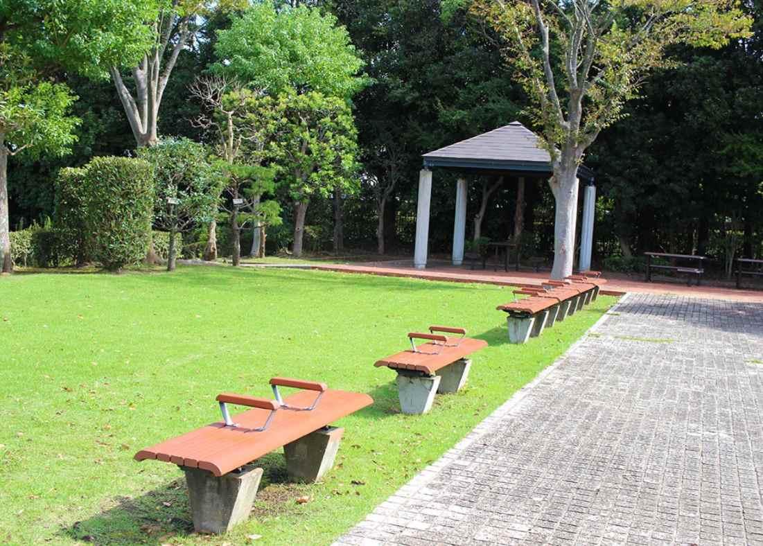 藤沢市営 大庭台墓園 参道脇にあるベンチ