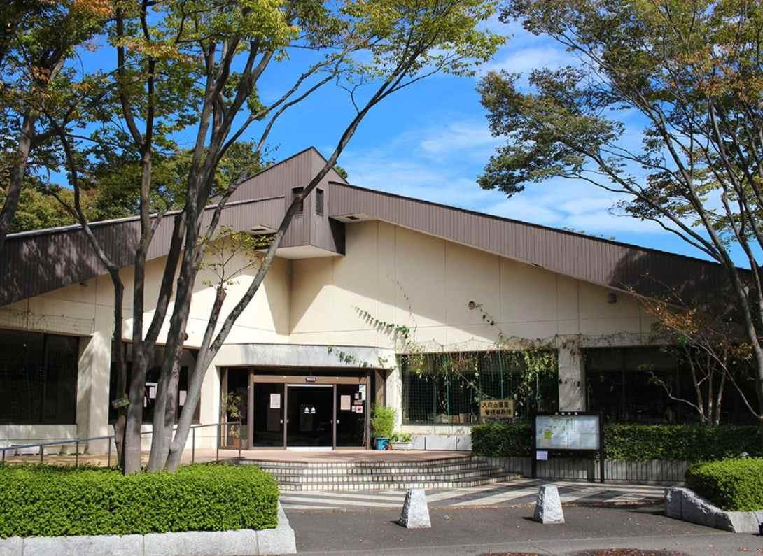 藤沢市営 大庭台墓園 木々に囲まれた管理事務所