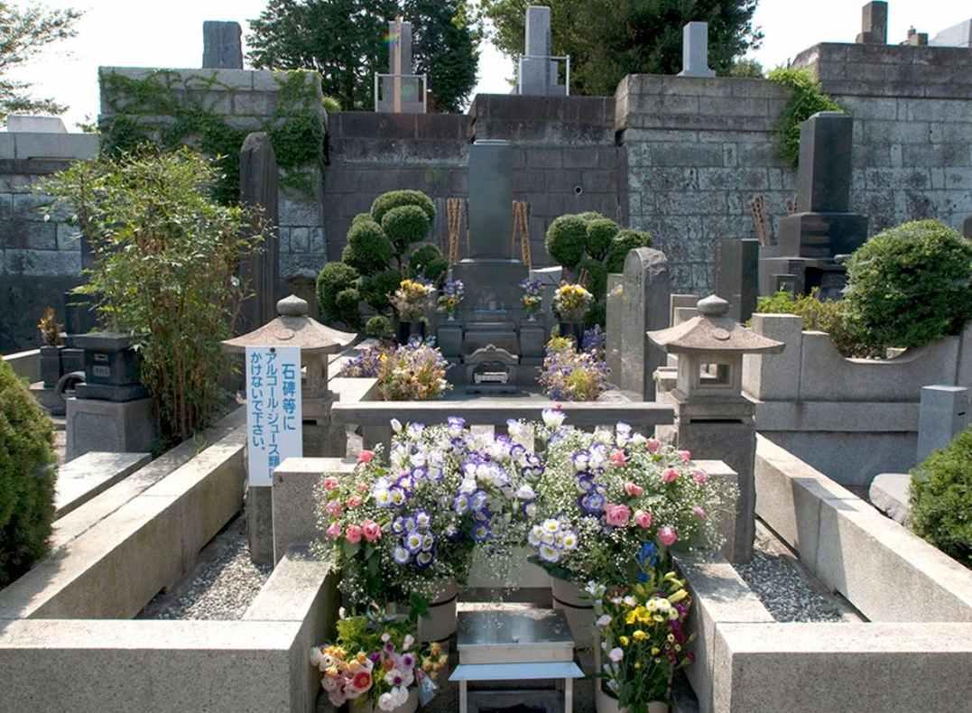 横浜市営 日野公園墓地 供えられた色とりどりの花