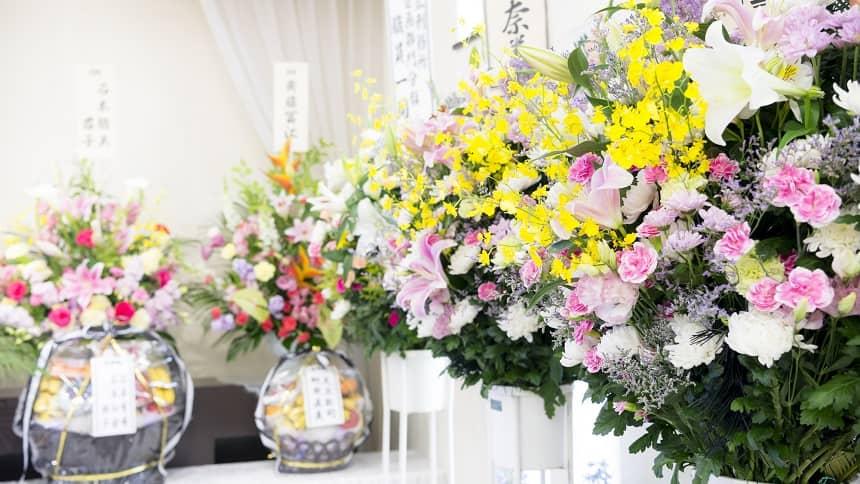 祭壇の近くある数多くの供花