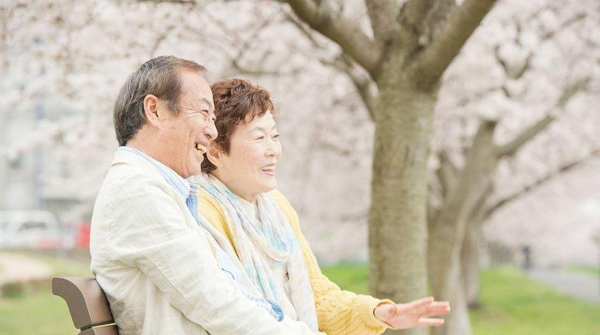 ベンチに座り談笑する老夫婦