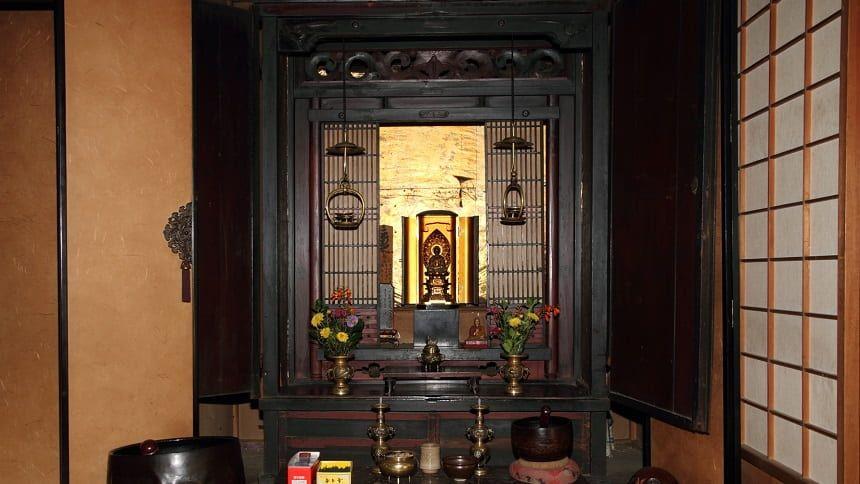 仏間にある古くなった仏壇