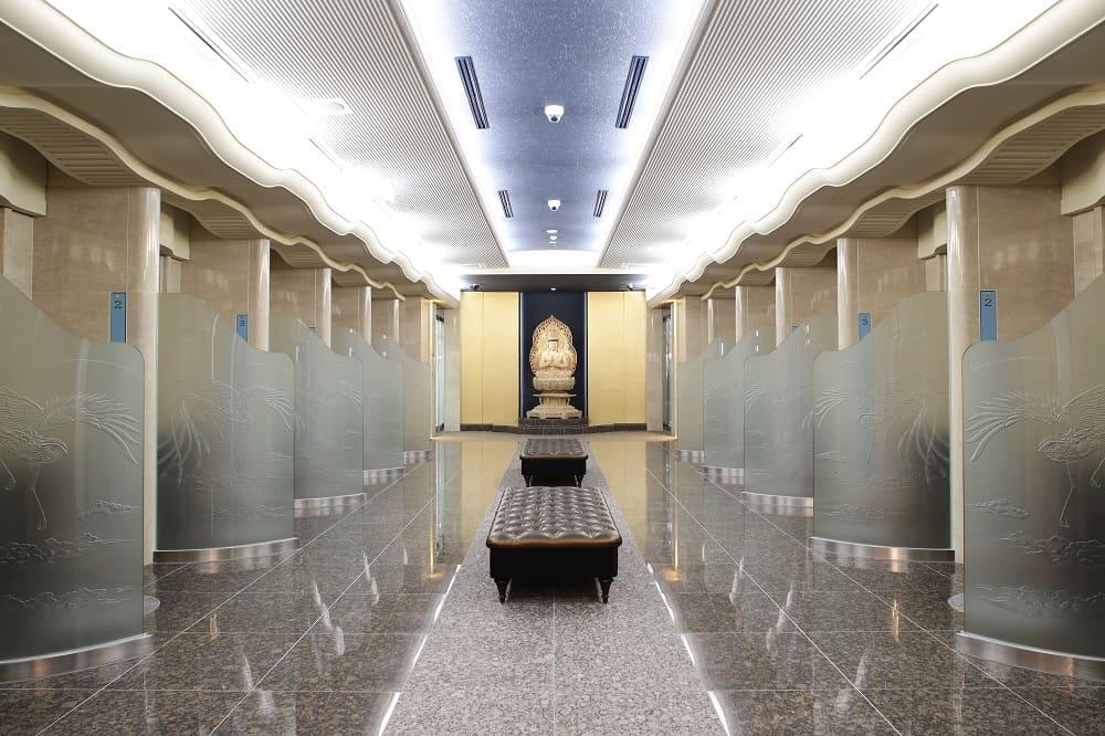 ひかり陵苑の広々とした空間の参拝スペース