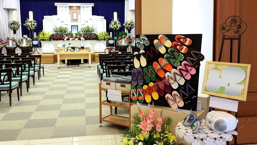 葬儀の会場と入口装飾