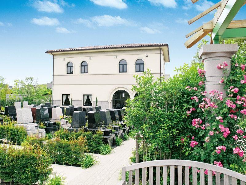 海老名フォーシーズンメモリアル 霊園にはバラなど四季折々の花が咲く
