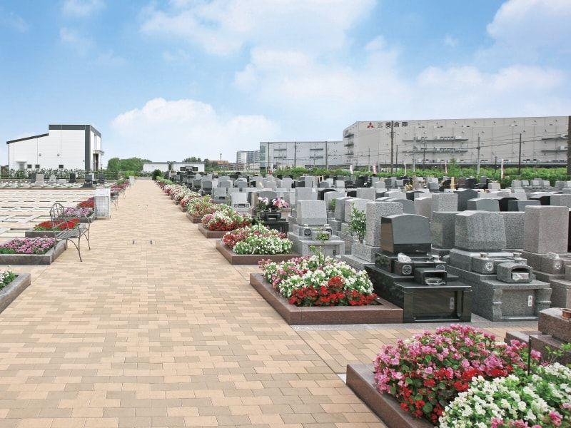 彩りどりの花に彩られた吉川美南霊園の園内風景