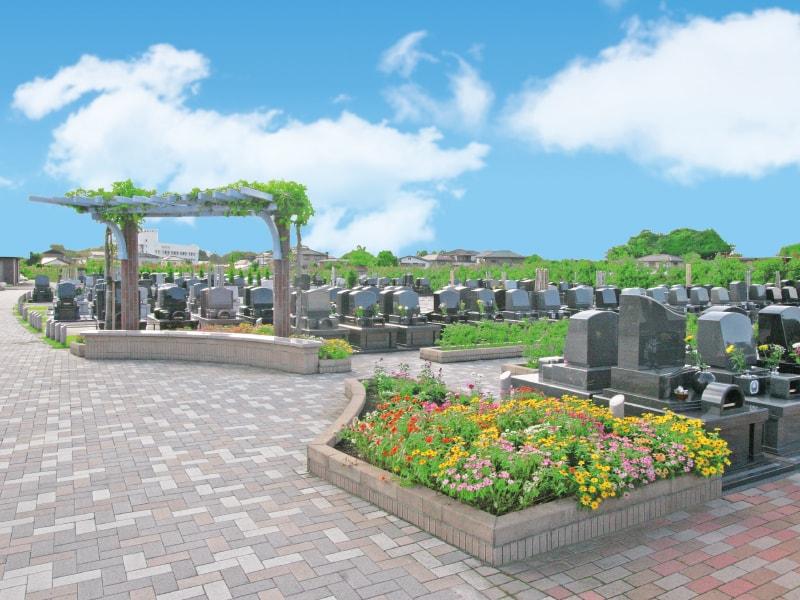公園のようなガーデニングが施されている「むさしの聖地 永久の郷」