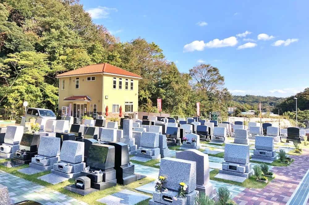 メモリアルパーク大磯 墓域近くにある黄色い建物、管理棟