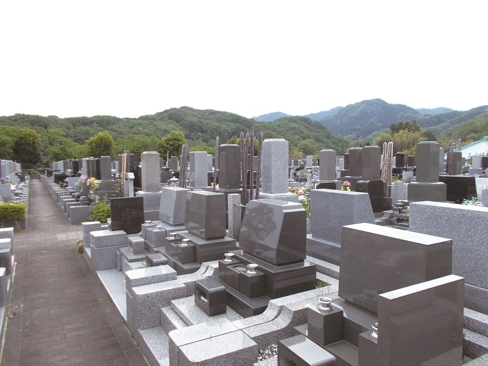 八王子浄苑であいの郷 豊かな緑に囲まれた霊園風景