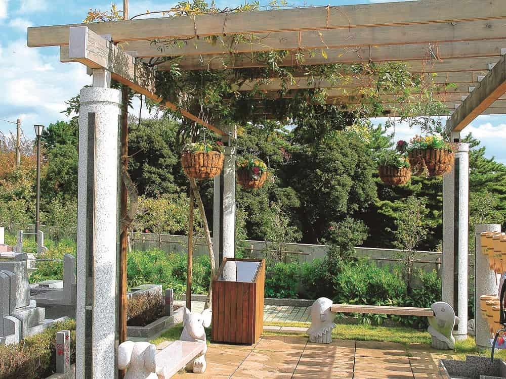 湘南フォレスト 藤棚の下のかわいいベンチ