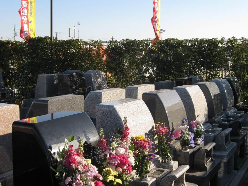 和光聖地霊苑 花が添えられた墓石