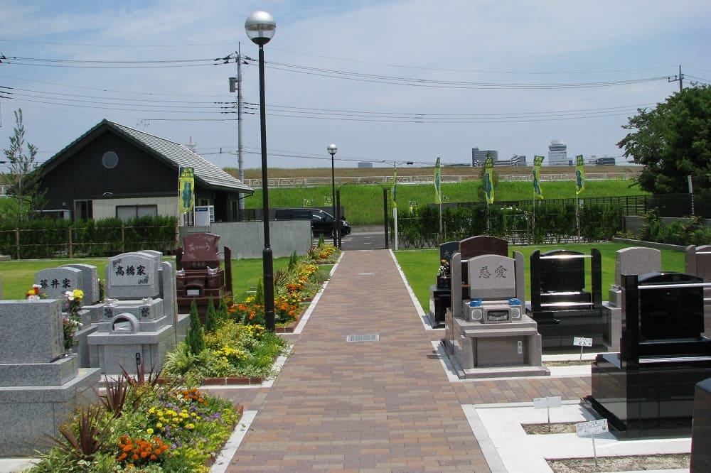 エバーグリーン金町 広く平坦な参道と綺麗な花壇