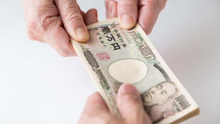 お金を渡す