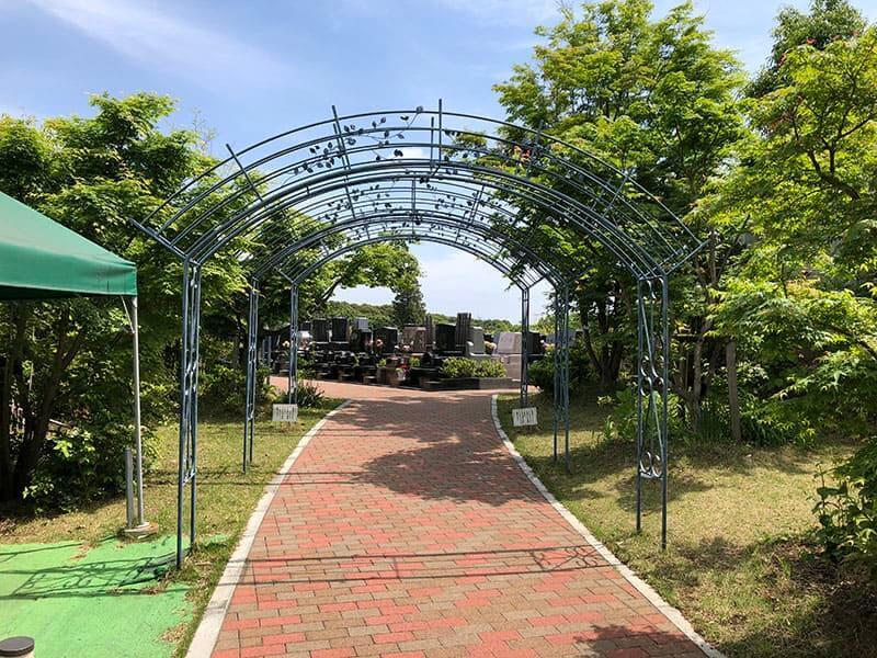 横浜あさひ霊園の平坦な参道と植物が絡むアーチ