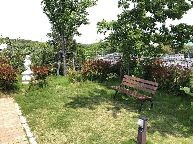 横浜あさひ霊園の木陰にあるベンチ