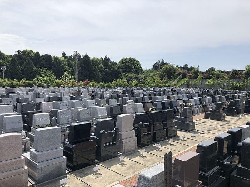 横浜あさひ霊園に並ぶ洋型墓石