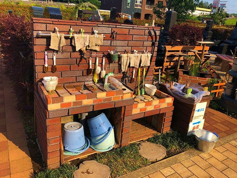 横浜みどりの森のひしゃくやバケツが置いてある備品スペース