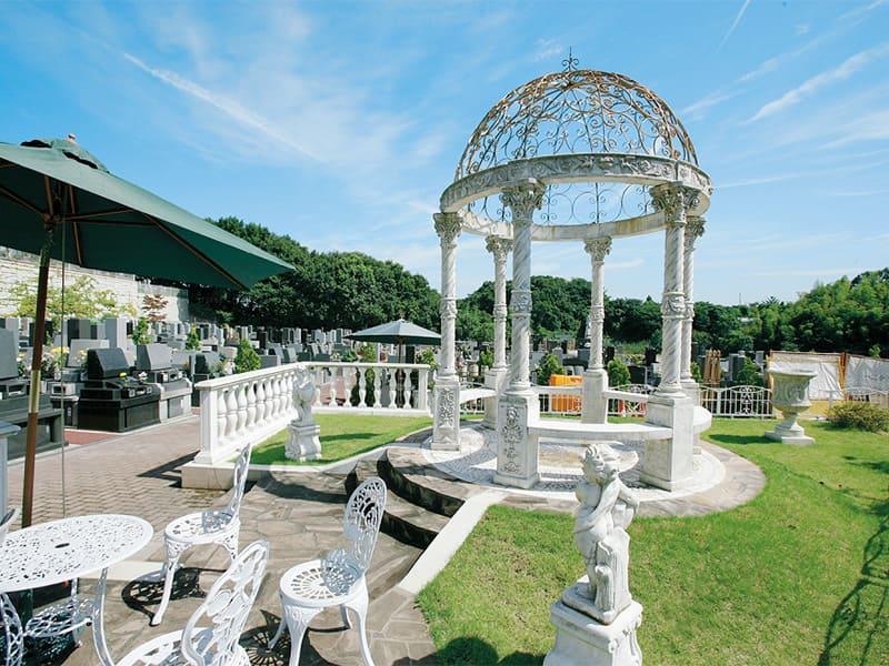 ヒルズ川崎聖地 緑と花、光に溢れた園内の休憩スペース