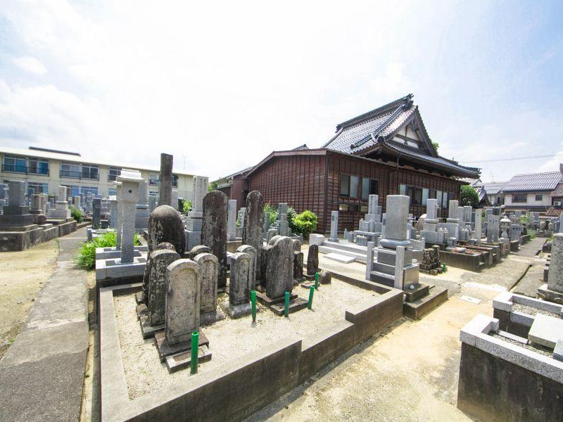 新品治墓地