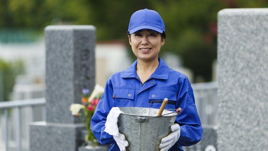 お墓の管理をする女性