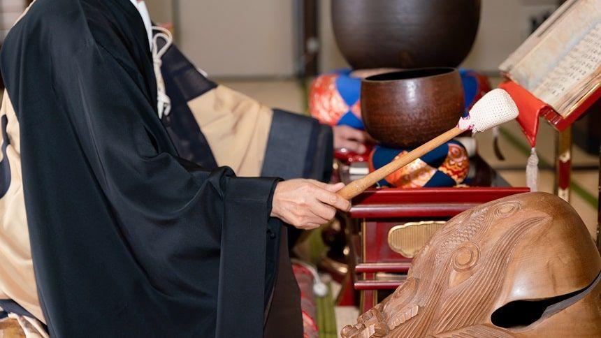 本堂で読経する僧侶