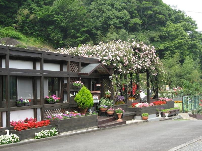 西東京墓苑 花に囲まれた管理棟