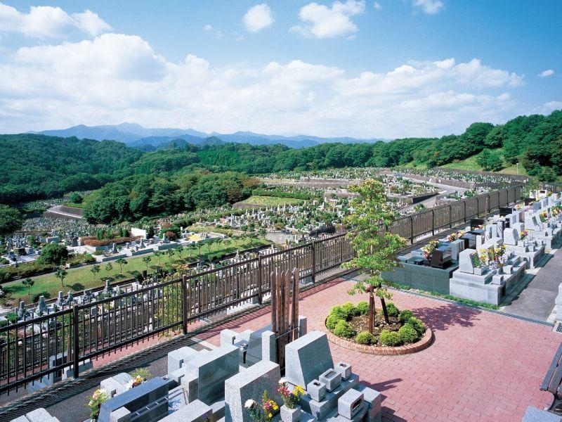 八王子上川霊園を坂の上の方から撮影した様子