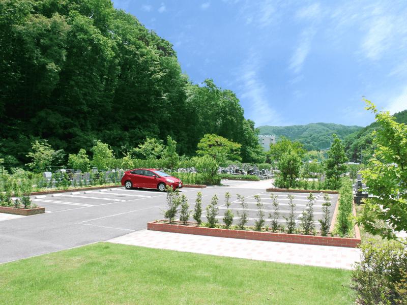 八王子上川霊園の駐車場に赤い車がとまっている様子