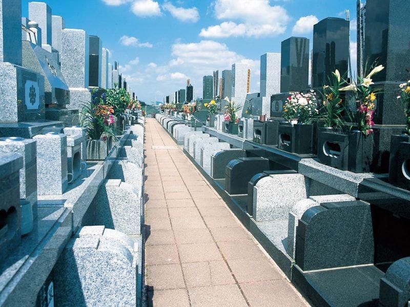 横浜中央霊園 平坦で移動しやすい参道