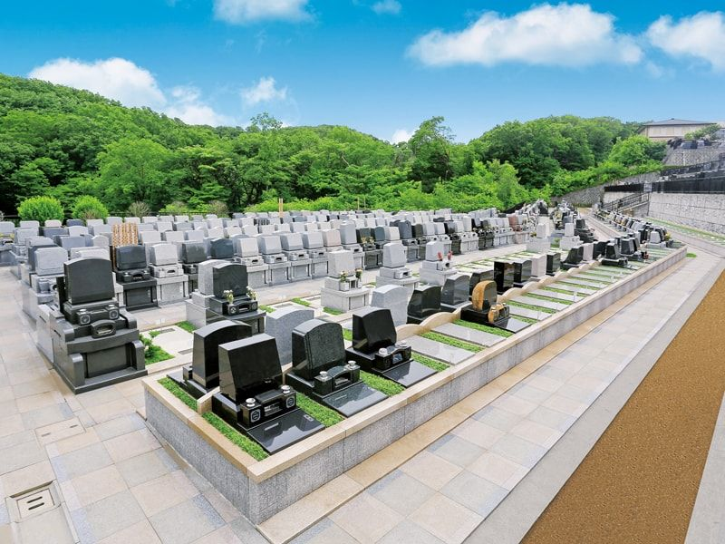 旭翠苑の参道と並ぶさまざまな墓石