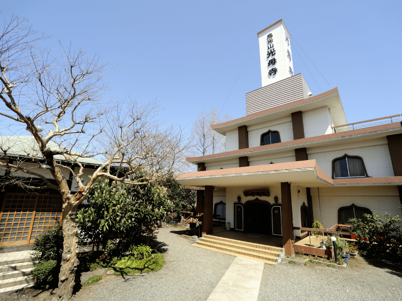 烏山墓苑 本堂と管理事務所