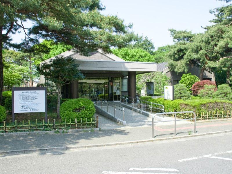 都立 小平霊園 スロープで歩きやすい管理事務所入り口