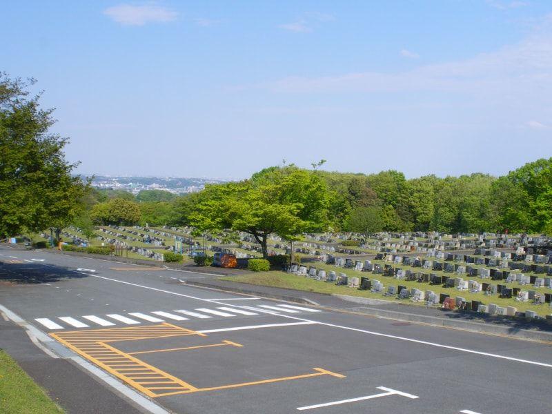 都立 八王子霊園 通路が広くゆったり設計の霊園風景