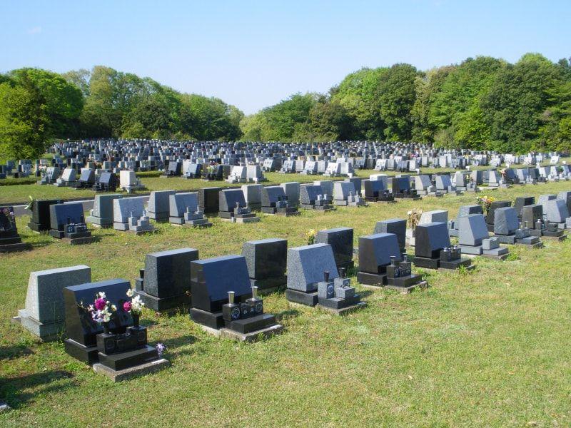 都立 八王子霊園 統一されたデザインの墓石が並ぶ墓域