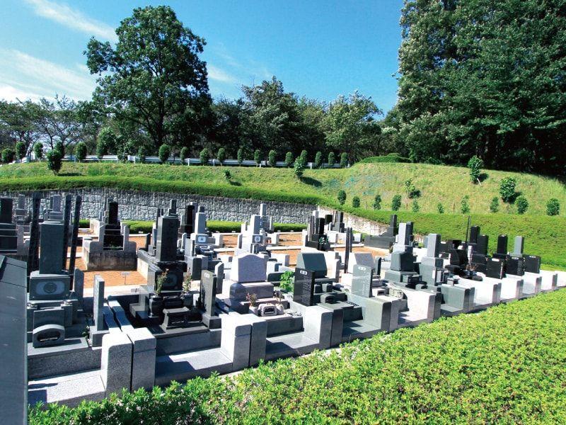 武蔵岡霊園 手入れされた植栽が美しい墓域