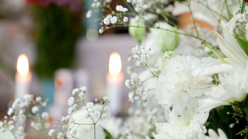 ろうそくと供えられた白い花