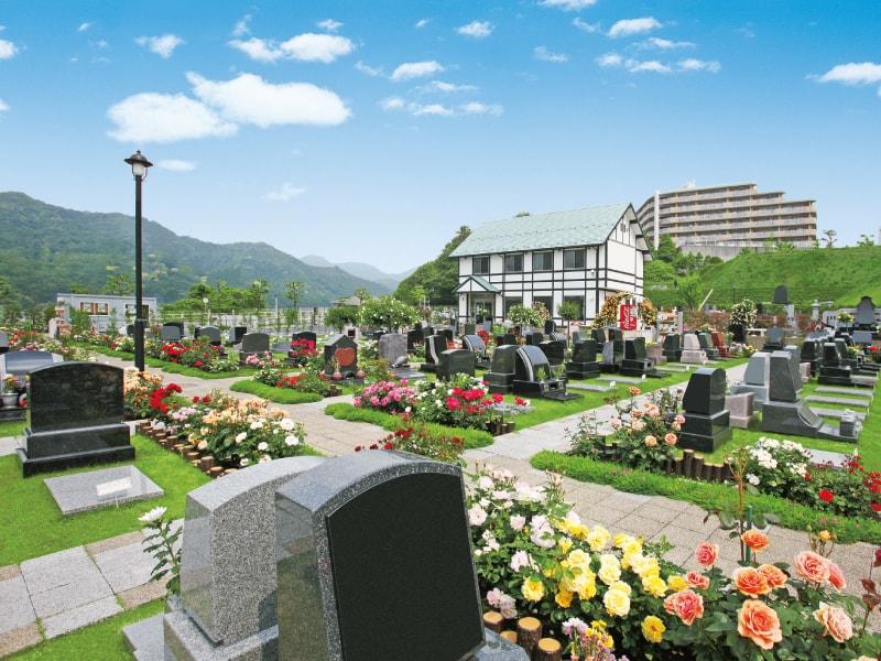 メモリアルパーク花の郷墓苑 厚木宮の里 芝とバラのコントラストが見事な芝生墓地