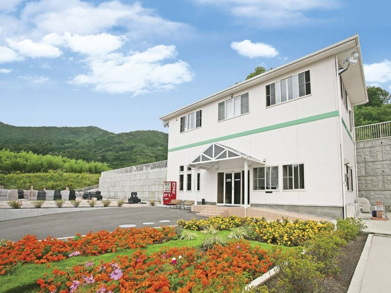 鶴巻霊園 もえぎのさと 色とりどりの花が迎える管理事務所