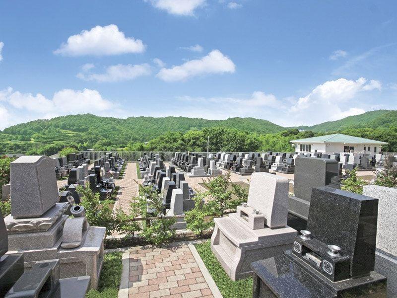 鶴巻霊園 もえぎのさと 緑が多く落ち着いた雰囲気の墓域