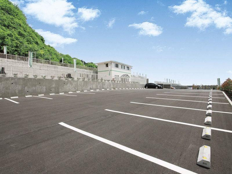 鶴巻霊園 もえぎのさと 広々とした平坦な駐車場