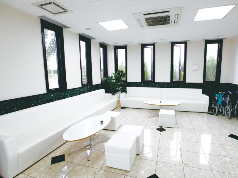 座間霊園 天空の郷 白を基調とした明るい休憩スペース
