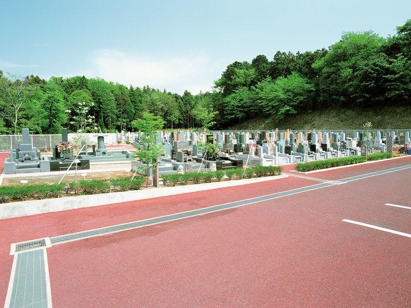 県央綾瀬霊園 駐車場から続くバリアフリーの参道
