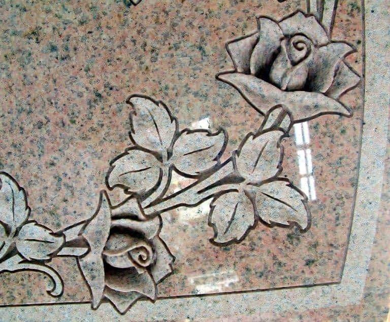 ファントーニ彫刻が施された墓石
