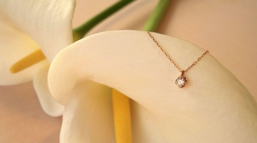 白ゆりとダイヤモンドネックレス