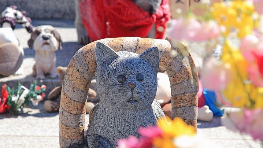 動物たちの石像がならぶ墓地