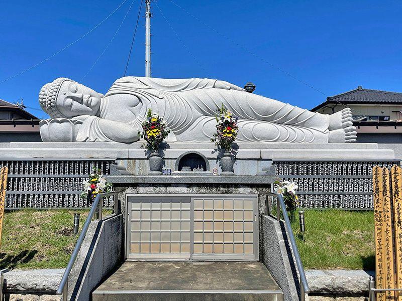 實成寺 永代供養墓の横たわる涅槃像
