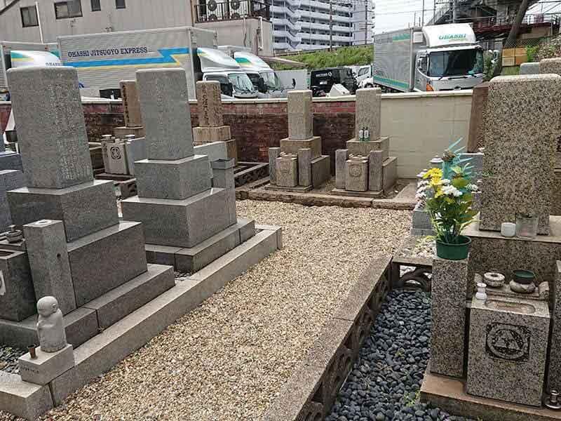 十三墓地の和型墓石