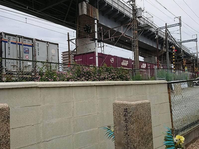 十三墓地の塀と線路