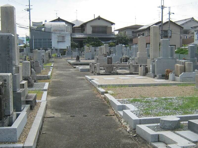 七条町南山墓地内の通路