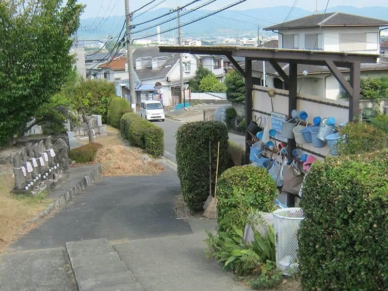 七条町南山墓地の坂と設備